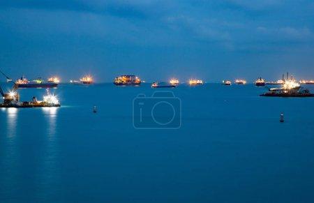 Photo pour Navires de charge la nuit - image libre de droit