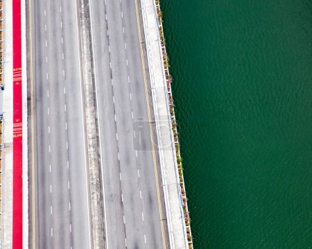 Foto de Vista aérea de un puente y el tráfico y la superficie de agua verde - Imagen libre de derechos