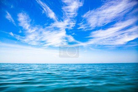 Photo pour Mer incroyable et fond bleu ciel - image libre de droit