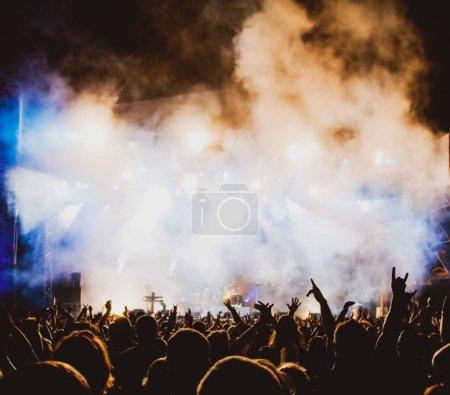 Photo pour Foule aux lumières de concert et de scène avec espace pour le texte - image libre de droit