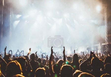 Photo pour Foules au concert et à la scène lumières avec espace pour le texte - image libre de droit
