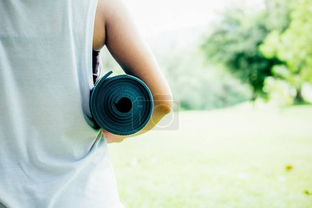 Photo pour Jeune femme médite tout en pratiquant l'yoga dans le parc. Concept de liberté. Calme et détente, bonheur féminin. jardin de flou sur le fond - image libre de droit
