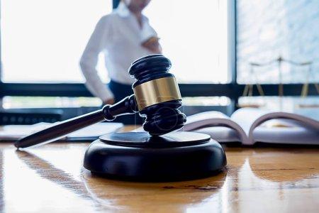 Photo pour Juge Gavel avec des avocats du ministère de la Justice ayant une réunion d'équipe dans un cabinet d'avocats. Concepts du droit et des services juridiques. - image libre de droit