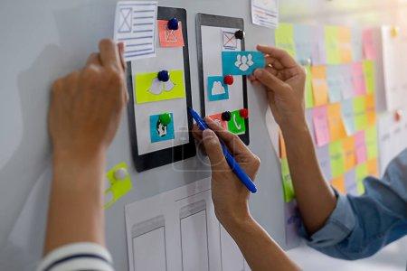 Photo pour Application de planification Creative Web Designer et développement de gabarits, cadre pour téléphone mobile. Concept d'expérience utilisateur (UX) . - image libre de droit