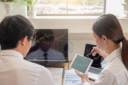 Photo pour Entreprise l'équipe investissement commerce ce deal sur une bourse à l'élaboration de nouvelles approches. - image libre de droit