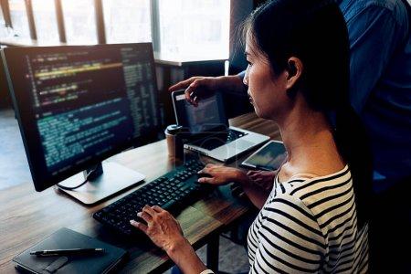 Photo pour Programmeur travaillant dans un développement de logiciels et de technologies de codage. Conception de sites Web. Concept technologique. - image libre de droit