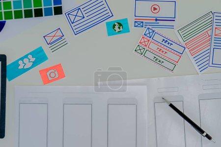 Photo pour Creative Designer Web application de planification et le développement de disposition de modèle, cadre pour téléphone mobile. Concept d'expérience (Ux) de l'utilisateur. - image libre de droit