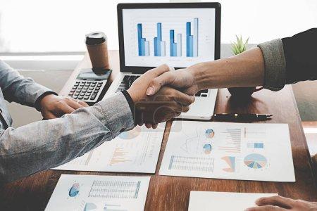 Photo pour Des hommes d'affaires qui se serrent la main après une bonne affaire. Poignée de main d'affaires et hommes d'affaires . - image libre de droit