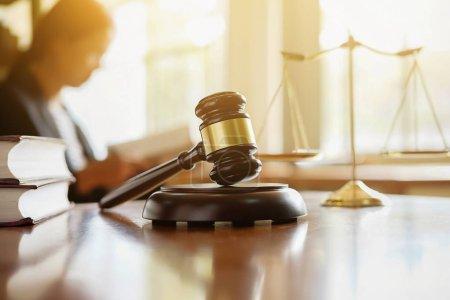 Photo pour Marteau du juge avec Justice avocats ayant la réunion de l'équipe au cabinet juridique à fond. Notions de droit. - image libre de droit