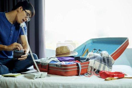 Photo pour Valise de gens avec accessoires de voyage sur le lit. Concept de vacances - image libre de droit