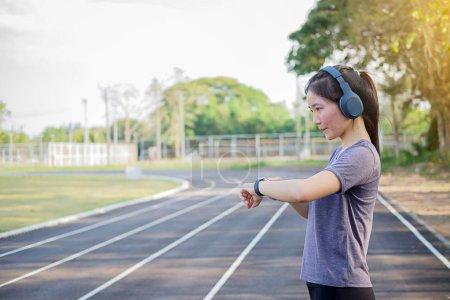 Photo pour Femme de regarder courir sport vérification smartwatch tracker. - image libre de droit