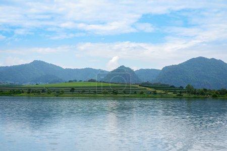 Photo pour Été montagnes vert herbe et bleu ciel paysage - image libre de droit