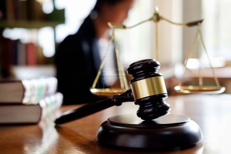 Photo pour Juge Gavel avec des avocats du ministère de la Justice ayant une réunion d'équipe au cabinet d'avocats en arrière-plan. Notions de droit . - image libre de droit
