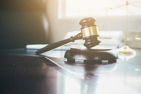 Photo pour Concept de justice et de droit. Conseiller juridique présente au client un contrat signé avec Gavel et le droit juridique ou juridique ayant réunion d'équipe au cabinet d'avocats en arrière-plan - image libre de droit