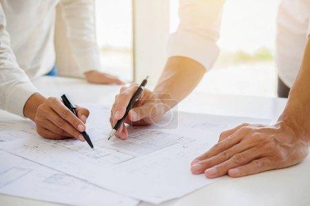 Foto de Ingenieros discuten un plan de acción mientras se comprueba la información en un equipo tablet PC en una oficina. - Imagen libre de derechos