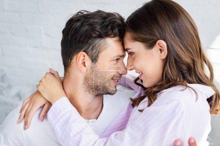 Photo pour Beau couple heureux sur les amoureux embrassant ensemble - image libre de droit