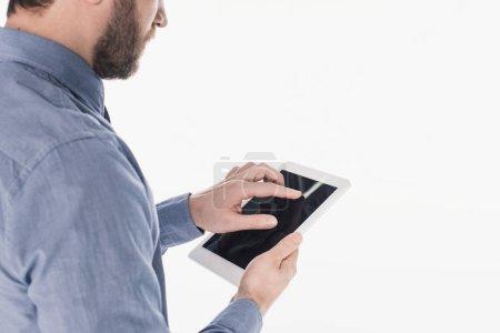 Photo pour Vue partielle de l'homme barbu à l'aide d'une tablette avec écran blanc isolé sur blanc - image libre de droit
