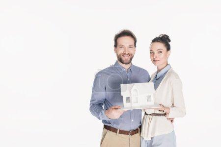Photo pour Portrait de couple marié avec modèle de maison isolé sur blanc - image libre de droit
