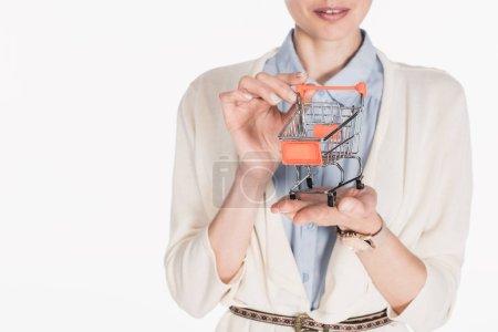 Photo pour Plan recadré de femme tenant peu panier dans les mains isolées sur blanc - image libre de droit