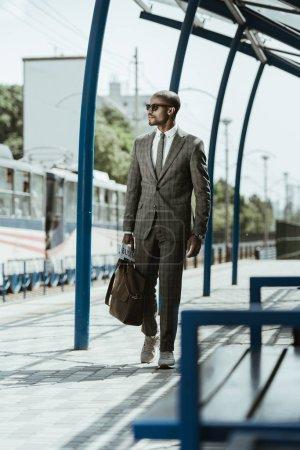 Photo pour Africain-américain homme d'affaires confiant, marchant sur la gare - image libre de droit