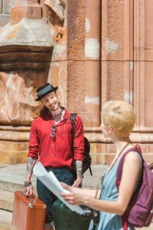 Foto de Pareja de viajeros con maletas mapa, mochilas y retro en la ciudad de - Imagen libre de derechos