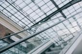 """Постер, картина, фотообои """"серый эскалаторов с лестницы и стеклянной крышей в торговом центре"""""""
