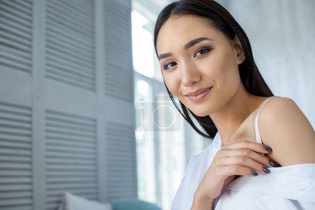 Photo pour Portrait de la belle femme asiatique souriante regardant la caméra à la maison - image libre de droit