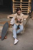 """Постер, картина, фотообои """"стильные татуированные женщины с скейтборд, писать в учебник"""""""