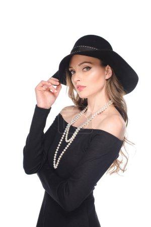Photo pour Femme en paille noire regardant de caméra isolé sur fond blanc - image libre de droit