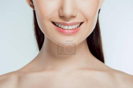 Foto de Vista recortada de mujer sonriente, aislada en gris - Imagen libre de derechos