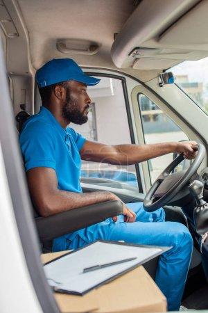 Afrikanisch-amerikanischer Liefermann fährt Lieferwagen