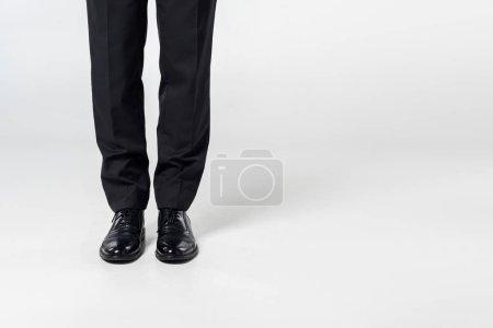 Photo pour Vue partielle de l'homme d'affaires de vêtements sur fond gris - image libre de droit