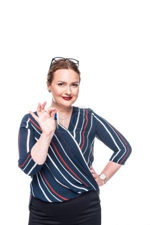 Foto de Agente femenino feliz mostrando las llaves de casa aislada sobre fondo blanco - Imagen libre de derechos