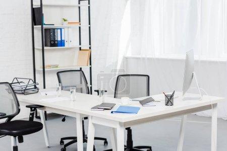 Photo pour Intérieur du bureau vide avec ordinateur sur le bureau - image libre de droit