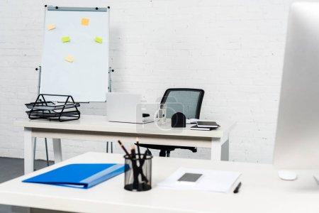 Photo pour Intérieur de bureau blanc moderne avec ordinateurs de bureaux - image libre de droit