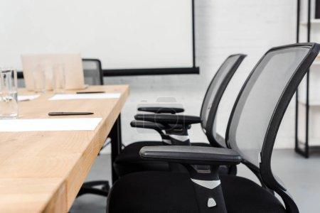 Photo pour Gros plan tourné de standing de chaise dans salle de conférence du bureau moderne - image libre de droit