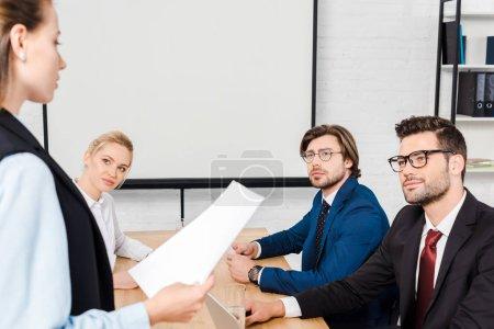 Photo pour Groupe de partenaires commerciaux ayant séance au bureau moderne - image libre de droit