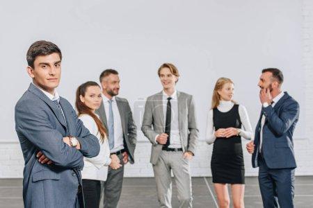 Photo pour Jeunes hommes d'affaires professionnels permanent dans le moyeu - image libre de droit