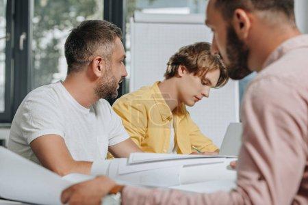 Photo pour Hommes d'affaires, assis à table au cours de la réunion dans le Bureau - image libre de droit