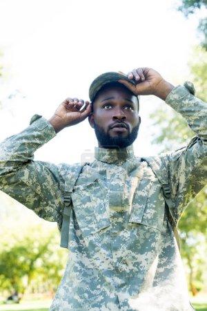 Foto de Soldado americano africano guapo en uniforme militar con tapa en el Parque - Imagen libre de derechos