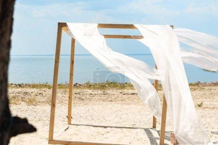 Foto de Cerrar vista de decoración de madera con cordón de la cortina blanca, azul cielo nublado y río en el fondo - Imagen libre de derechos