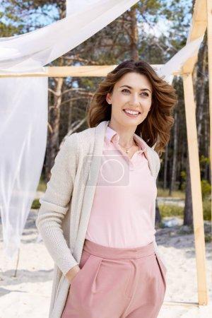 Foto de Retrato de mujer feliz mirando lejos con cordón de la cortina blanca sobre fondo - Imagen libre de derechos