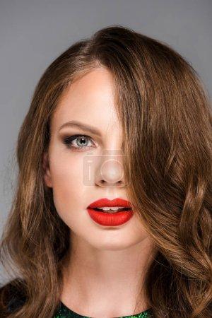 Photo pour Portrait de jeune femme attirante avec rouge à lèvres sur les lèvres en regardant la caméra - image libre de droit