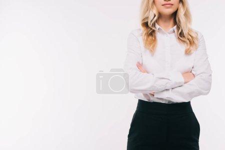 Photo pour Image recadrée de femme debout avec les bras croisés isolés sur blanc - image libre de droit