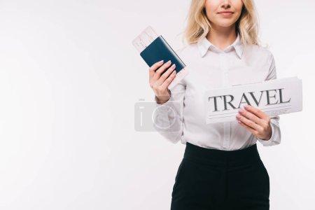 Photo pour Image recadrée de femme d'affaires détenant des passeports, billets et voyage journal isolé sur blanc - image libre de droit