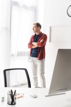 Photo pour Homme d'affaires près fenêtre dans le bureau moderne - image libre de droit