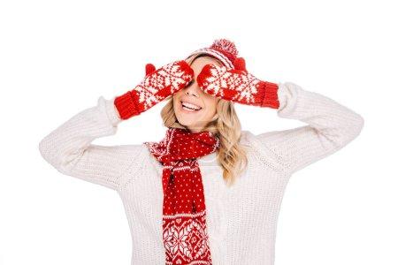 Photo pour Belle jeune femme souriante en mitaines rouges en fermant les yeux isolés sur blanc - image libre de droit