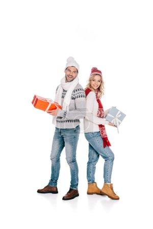 Foto de Feliz pareja joven hermosa que presenta y sonriendo a cámara aislada en blanco - Imagen libre de derechos