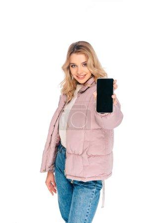 Photo pour Belle jeune femme tenant smartphone avec écran blanc et souriant à la caméra isolé sur blanc - image libre de droit