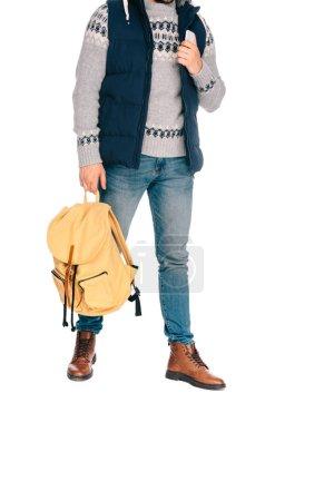 Photo pour Photo recadrée d'élégant jeune voyageur tenant le sac à dos et smartphone isolé sur blanc - image libre de droit